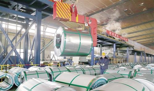 11月12日,工人在河北省迁安市一钢铁深加工企业的彩色钢板生产线上工作。 新华社记者 杨世尧摄